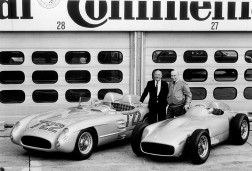 Al lado de su amigo y también leyenda Juan Manuel Fangio, en 1991, en el Hockenheimring. Foto: Mercede-Benz.